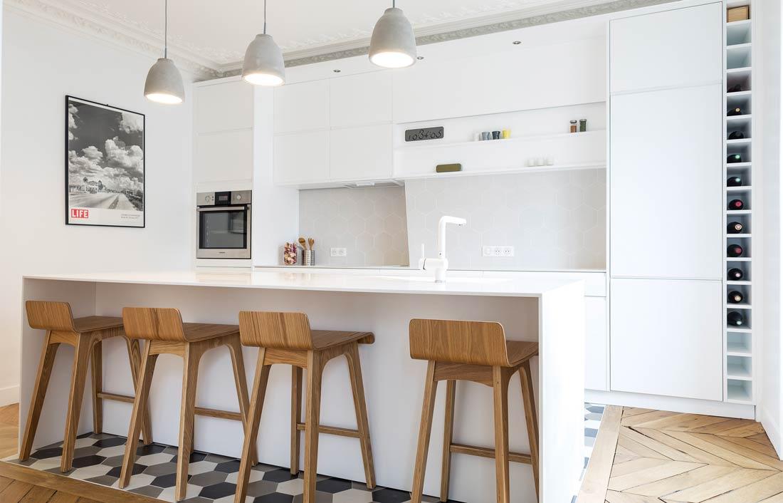 Cuisine contemporaine de couleur blanche avec bar désignée par un architecte d'intérieur à Paris